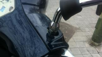 Cómo-regular-retrovisor-moto-tuercas