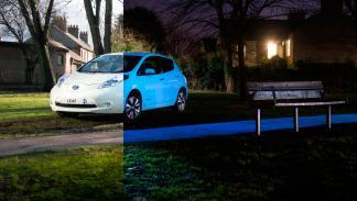Nissan Leaf brillante en oscuridad