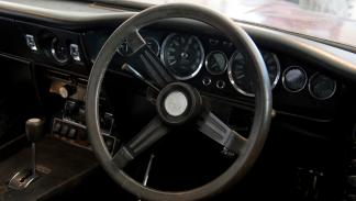 Aston-Martin-DBS-encontrado-granero-interior