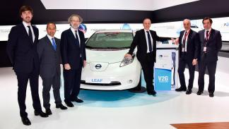 Acuerdo entre Nissan y Endesa - junto al coche
