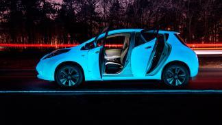 Nissan Leaf fluorescente - puertas abiertas