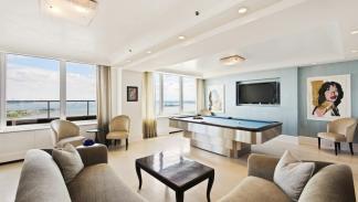 Salón con mesa de billar de la Penthouse Collection