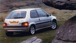versiones-increiblemente-divertidas-coches-normalitos-Citroen-Saxo-VTS-zaga