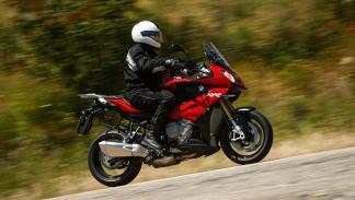 La moto ofrece una postura de conducción trail