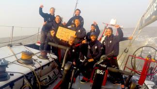 La tripulación y el capitán celabrando su éxito