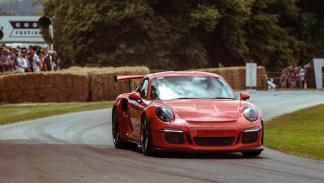 coches-nuevos-mas-exclusivos-puedes-comprar-porsche-911-gt3-rs-curva