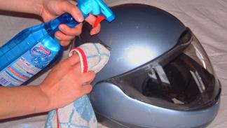 Como limpiar un casco de moto. Detergente.