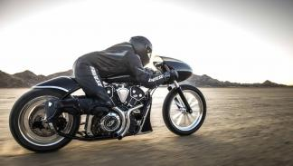 "Indian  ""Black Bullet Scout"" a alta velocidad."