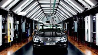 El VW Phaeton, en el 'Túnel de Luz' de la 'Fábrica Transparente' de Dresden.