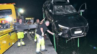 Accidente: un Audi RS 6 cae al agua rescate maniobra