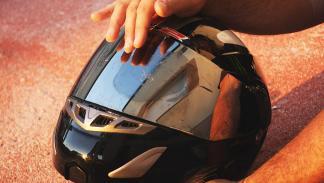 Limpiar los mosquitos de la pantalla del casco: repartir el jabón con las yemas