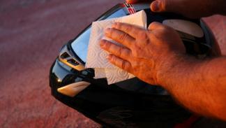 Limpiar los mosquitos de la pantalla del casco: secar con papel suave, solo en u