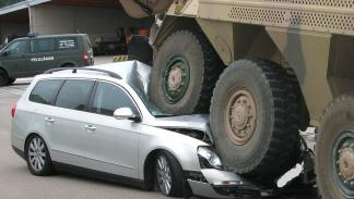 Un tanque arrasa a un Passat en Alemania detalle