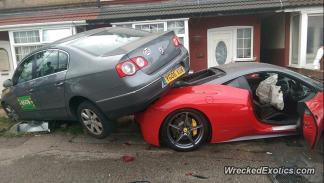 Ferrari-458-italia-debajo-volkswagen-passat-lateral