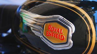 Royal Enfield Bullet 500. Logotipo de chapa en el depósito.