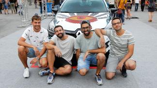 Boa Mistura posando con el Renault Clio Technofeel Limited Edition