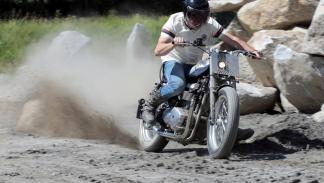 Triumph Thruxton Triten. Derrapando sobre la arena.
