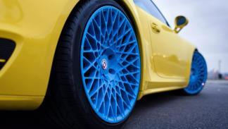 Porsche 911 Turbo HRE amarillo azul llantas