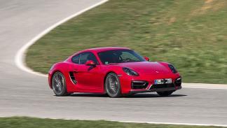 Cayman GTS: Tiene más potencia (340 CV), un chasis más firme y menos peso. Por e