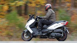 Prueba-SYM-Joymax-300-i-Sport-ABS-Start-Stop-acción-lateral-trasera