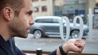 Usuario manda una acción a su Volvo a través de la Microsoft Band 2