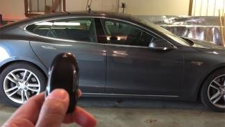 Tesla aparca solo en garaje 4