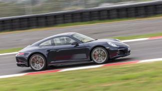 Porsche 911 Carrera 4 foto lateral