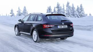 Skoda Superb Combi 4x4 movimiento nieve