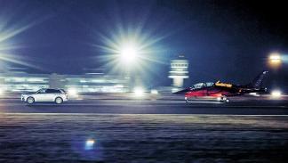 2 Audi SQ7 contra un avión a reacción