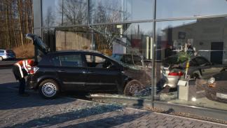 Opel Astra contra concesionario Porsche