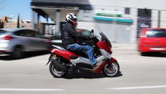 Prueba-Yamaha-N-Max-125-2016-acción-ciudad