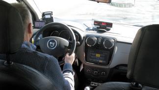 taxista al volante