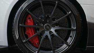 McLaren 675LT White Silica rueda