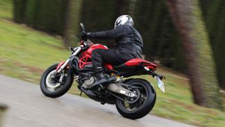 Prueba-Ducati-Monster-821-Stripe-2016-acción