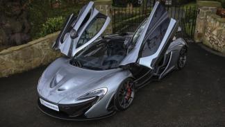McLaren P1 plateado puertas