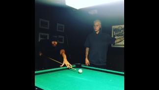 Hamilton y Bieber, jugando al billar.