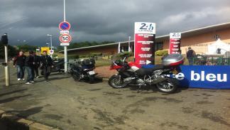 24-Horas-Le-Mans-moteros-aparcando