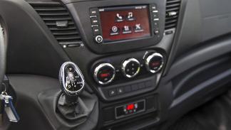 Iveco Daily 4WD detalle interior cambio