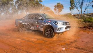 Toyota Hilux récord globo aerostático delantera