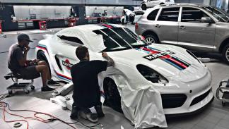 Porsche Cayman GT4 con decoración Martini proceso