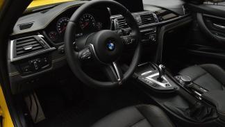 BMW M3 amarillo puesto de conducción