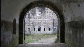 Pasillo de entrada del fuerte de San Cristóbal. Lugares paranormales en España: