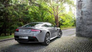 Aston Martin V8 Vantage S Forest Edition trasera