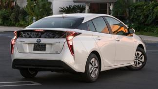 Toyota Prius trasera berlina rara diseño faros híbrido