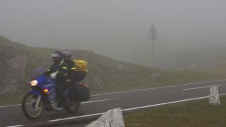 Conducción-niebla-moto-pasajero-paquete