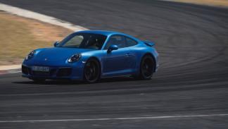 Porsche 911 Carrera GTS Coupe 2017 curva