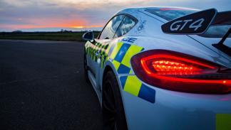 Porsche Cayman GT4 policía británica trasera