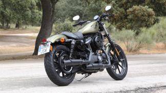 Prueba-Harley-Davidson-Iron-883-2017-estática-tres-cuartos-trasera