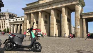 Una Gogoro de COUP en la Puerta de Brandenburgo