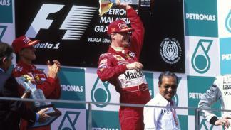 Michael Schumacher (de vuelta tras el accidente de Silverstone) aplaude al ganador de la carrera